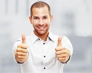 hombre joven alumno de LInguaSuite con los dedos pulgares hacia arriba