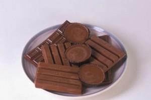 un plato con diferentes tipos de chocolate