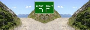 carretera con una señal indicado la derecha por ambos lados