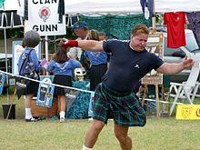 un escocés fuerte lanzando la piedra