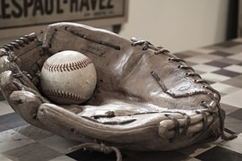 guante de baseball con una pelota