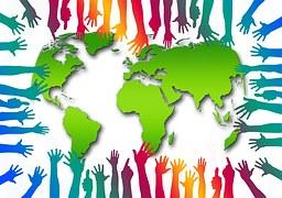 manos de colores con un  mapa del mundo