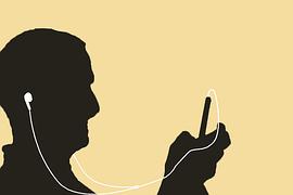 hombre escuchando en el ipad