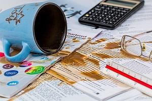 cafe derramado en unos papeles