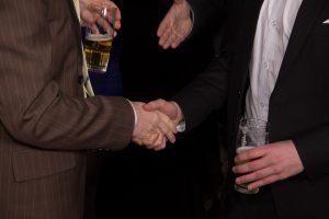 hombres-estrechando-manos