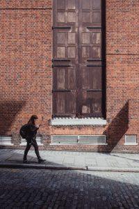 chica-caminando-por-acera