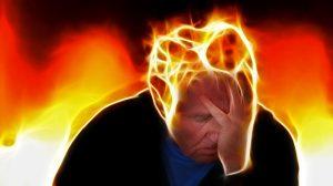 hombre-estresado-con-mente-en-llamas
