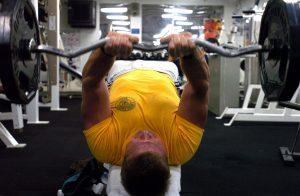 hombre-levantando-pesas