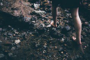 caminar-descalzo-sobre-piedras